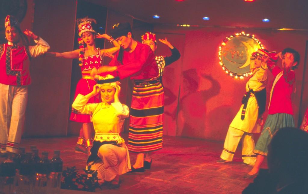 """Die einzelnen """"nationalen Minderheiten"""" tragen unterschiedliche Trachten. Wir Musik- und Tanzdarbietungen verschiedener Gruppen"""