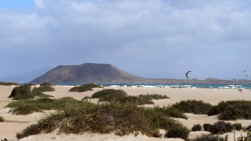 Die großen Dünen bei Corralejo bieten beste Bedingungen für Wind- und Kitesurfer. Im Hintergrund sieht man die kleine Insel Lobos. Man kann übersetzen und dort wandern und baden