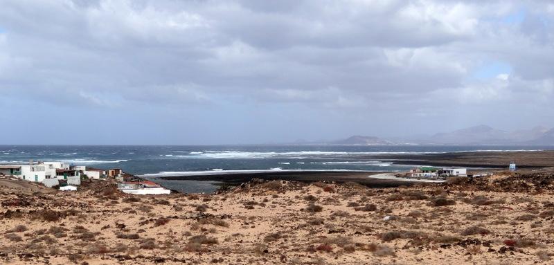 Auf Sandpisten fahren wir von Corralejo nach El Castillo. Viel Sand, winzige Siedlungen und Lanzarote in Blickweite