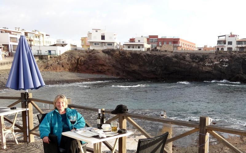 Abendessen im idyllischen alten Hafen von El Cotillo. Wieder freuen wir uns, dass wir kein Hotel-Essen gebucht haben