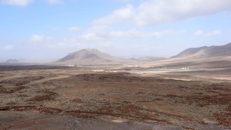 Von oben hat man einen wunderbaren Blick über das Ruinenfeld und weit hinaus in die vulkanische Landschaft