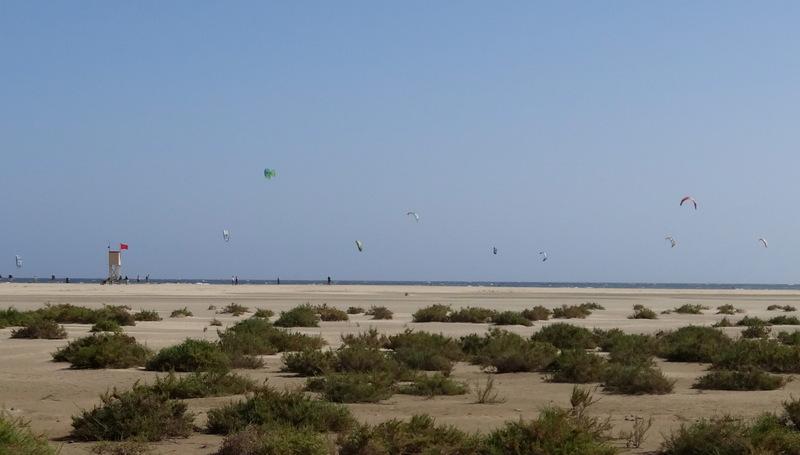 Die Playa Barca gilt als eines der besten Windsurfreviere der Welt. Hier finden jedes Jahr im Juli Weltmeisterschaften statt