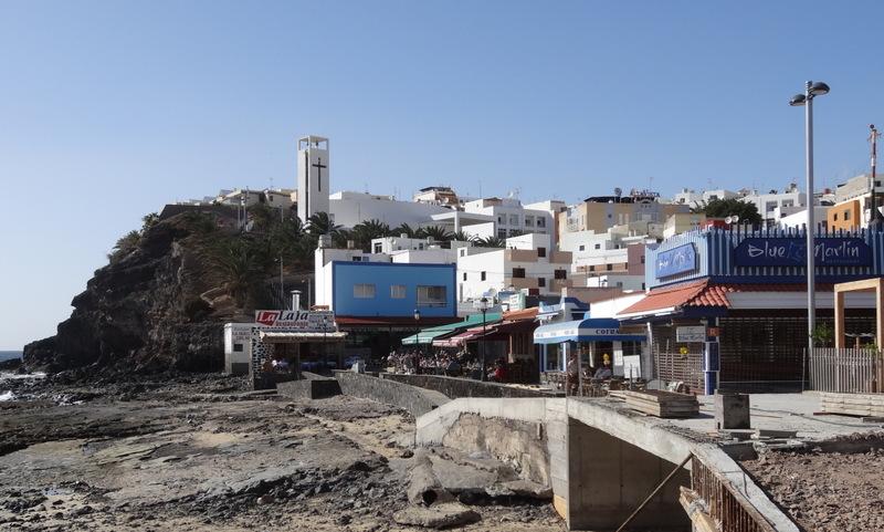 Morro Jable mit Strandpromenade. Bei Ebbe zieht sich das Meer weit zurück
