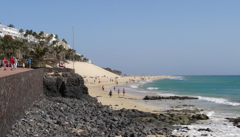 Schwarzer Lavastein und weisser Sand in Morro Jable