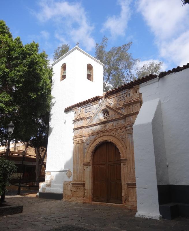Die Dorfkirche von Pajara ist bekannt durch das schöne Portal mit mexikanischen Motiven