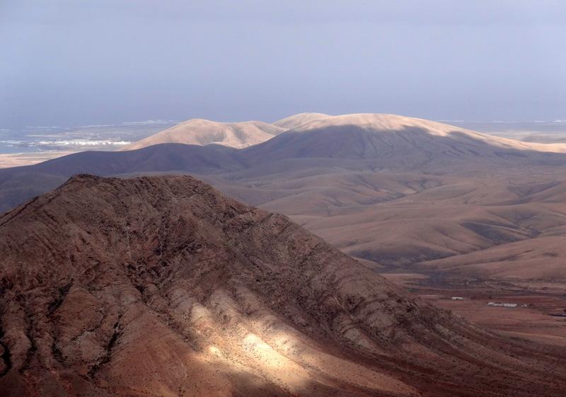 Im Norden sieht man den heiligen Berg Tindaya (Vordergrund) und im Hintergrund El Cotillo