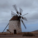 Eine aufwändig restaurierte Windmühle. Die Tuch-Bespannung der Flügel wird erst vor Gebrauch aufgezogen. Durch die hintere Stange lassen sich die Flügel in den Wind stellen