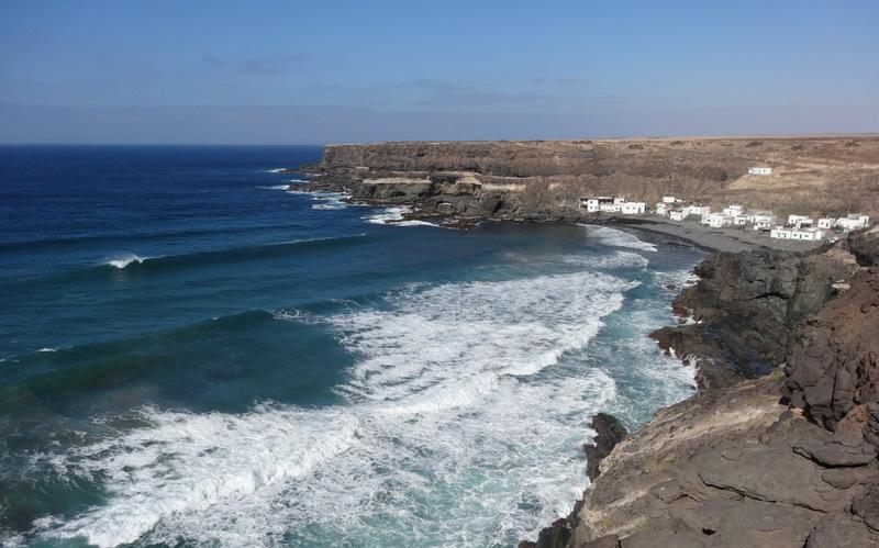 Los Molinos liegt in einer Bucht, eingebettet in Steilküste und Klippen