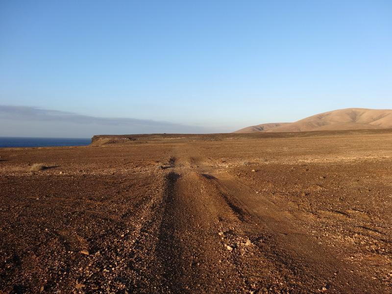 Auf dieser Hochebene oberhalb der Klippen beginnt ein Wanderpfad. Immer die Küste entlang kann man stundenlang nach Süden gehen. In 3,5 Stunden ist man in Playa del Valle. Aber heute fahren wir mit dem Auto dorthin