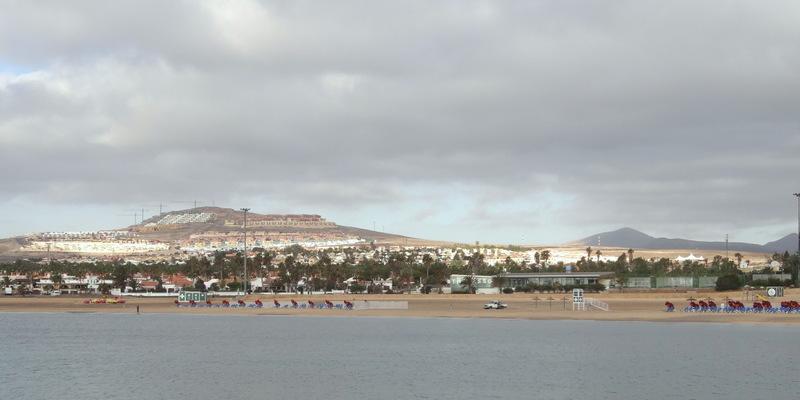 Caleta de Fustes wächst den Hügel hinauf, dort oben liegt auch unsere angenehm ruhige Apartmentanlage