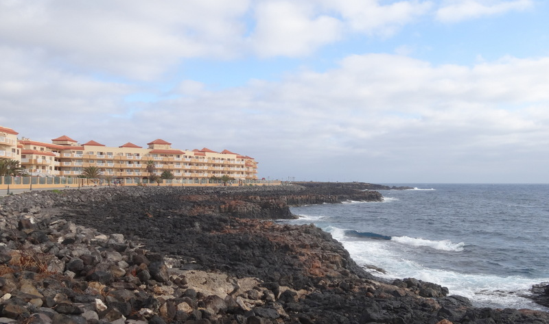 Die lange Strandpromenade von Caleta de Fustes, gesäumt von Hotels