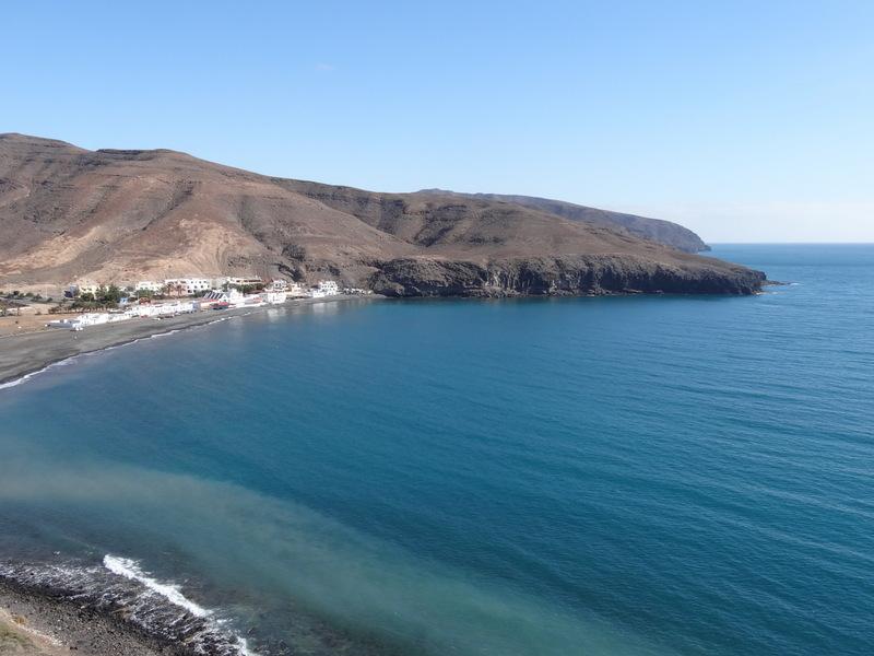 Der Weg verläuft mal oberhalb der Klippen, dann wieder hinab in eine Bucht,