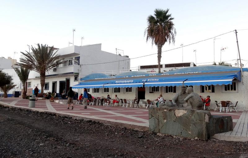 Wir genießen die Abendstimmung auf der Strandpromenade und das kanarische Essen mit Rosado in dem netten Restaurant am Meer. Hier ist es windgeschützt, und man sitzt gerne im Freien