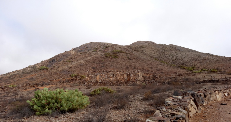 Der heilige Berg Tindaya. Die Besteigung des 400 m hohen Berges ist nur mit Genehmigung gestattet.