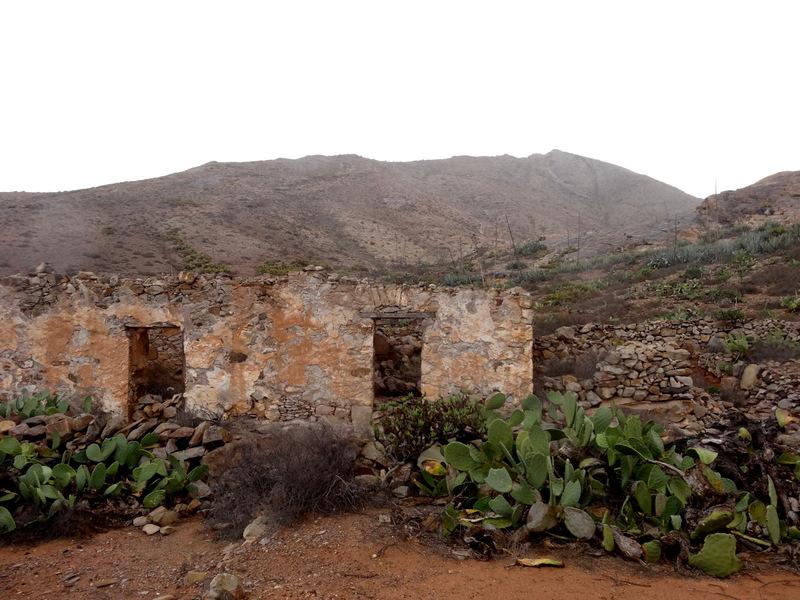 Am Fuße des Berges finden wir die Reste eines Anwesens, das sich die Natur allmählich wiederholt.