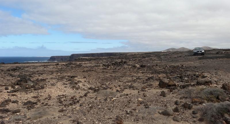 Über eine Sandpiste machen wir einen Abstecher hinüber zur Westküste. Hier gibt es nichts auser Steinen und schroffen Klippen, und die Piste endet hier