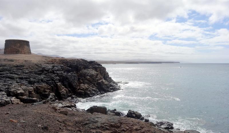 Die Wehrtürme von El Cotillo. In der Bucht hinter dem Castillo liegt der Strand und das Revier der Surfer