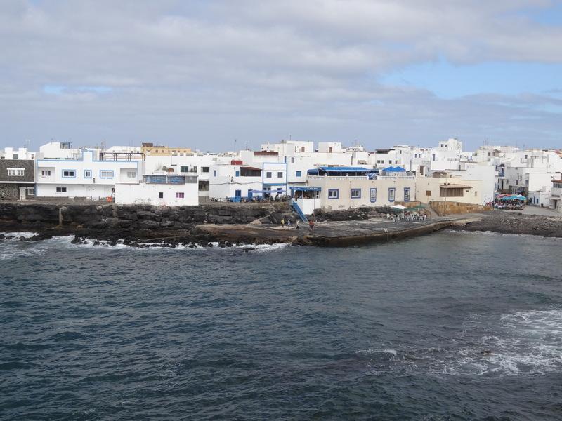 Hier haben wir schon einmal gut gegessen: In der Blauen Kuh, La Vaca Azul, am alten Hafen von El Cotillo. Heute probieren wir die Paella im Restaurant daneben