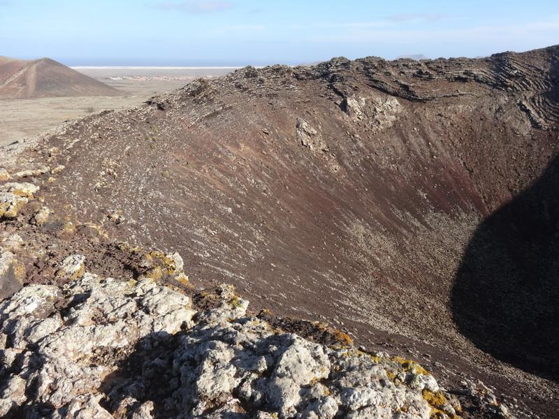 Der trichterförmige Krater des Calderon Hondo. Man kann die Wanderung durch die Lavawüste fortführen bis ans Meer nach Corralejo.Doch wir gehen auf gleichem Weg wieder zurück