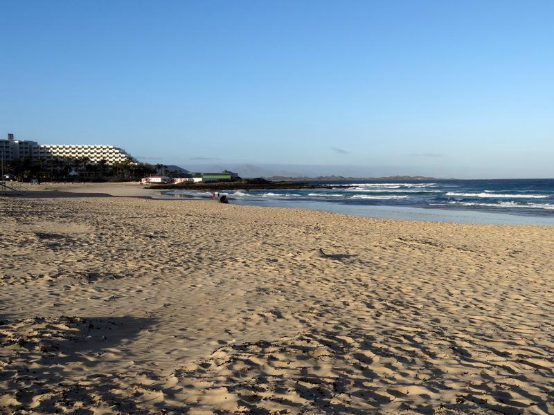 Die einzige Bebauung in den Dünen sind zwei große Hotels.Sie wurden illegal, ohne Baugenehmigung, in das Schutzgebiet gebaut und dürfen noch ein paar Jahre weiterbetrieben werden