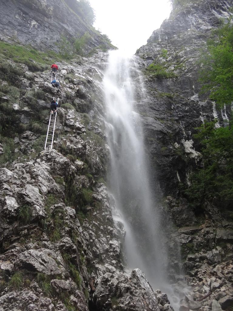 und gelangen zum Einstieg entlang des Wasserfalls