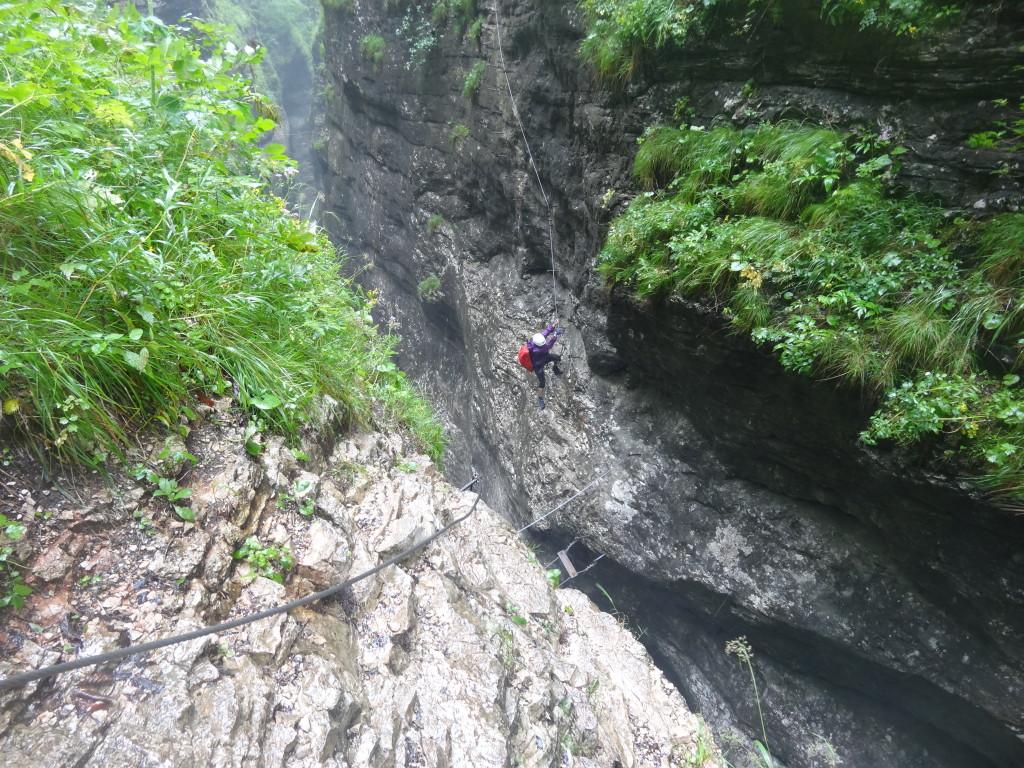 Die letzte Hängebrücke, dann steigt man auf zum Wasserfall