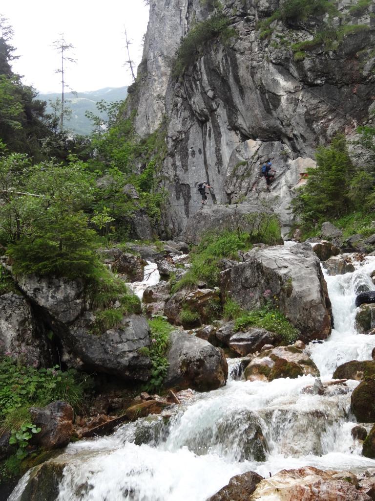Der Einstieg zum Hias-Klettersteig über eine Seilbrücke