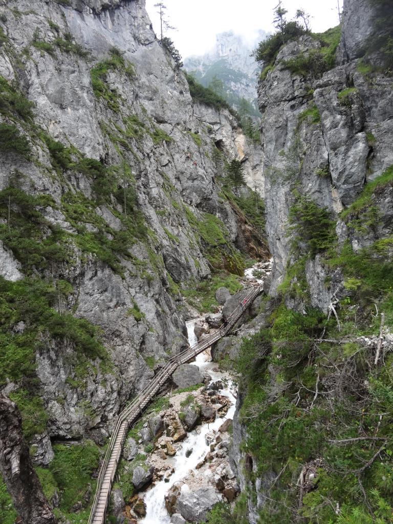 Vom Klettersteig schaut man hinunter in die Silberkar-Klamm