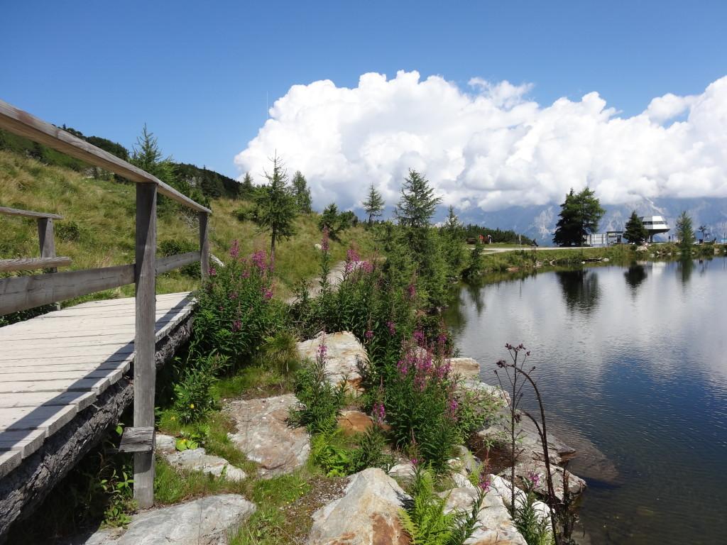 Die Wolken spiegeln sich im See an der Reiteralm-Bergstation