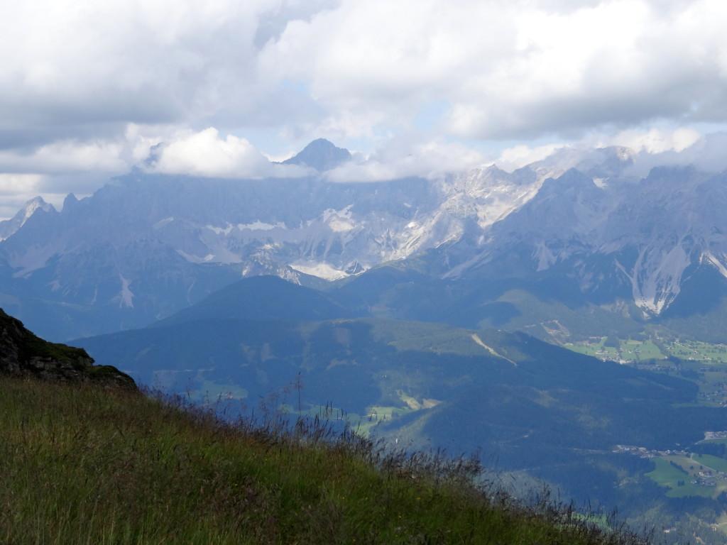 Am Ausstieg auf der Gasselhöhe treffen wir wieder auf den Reiteralm-Rundwanderweg. Der Dachstein blickt gerade aus den Wolken hervorwied