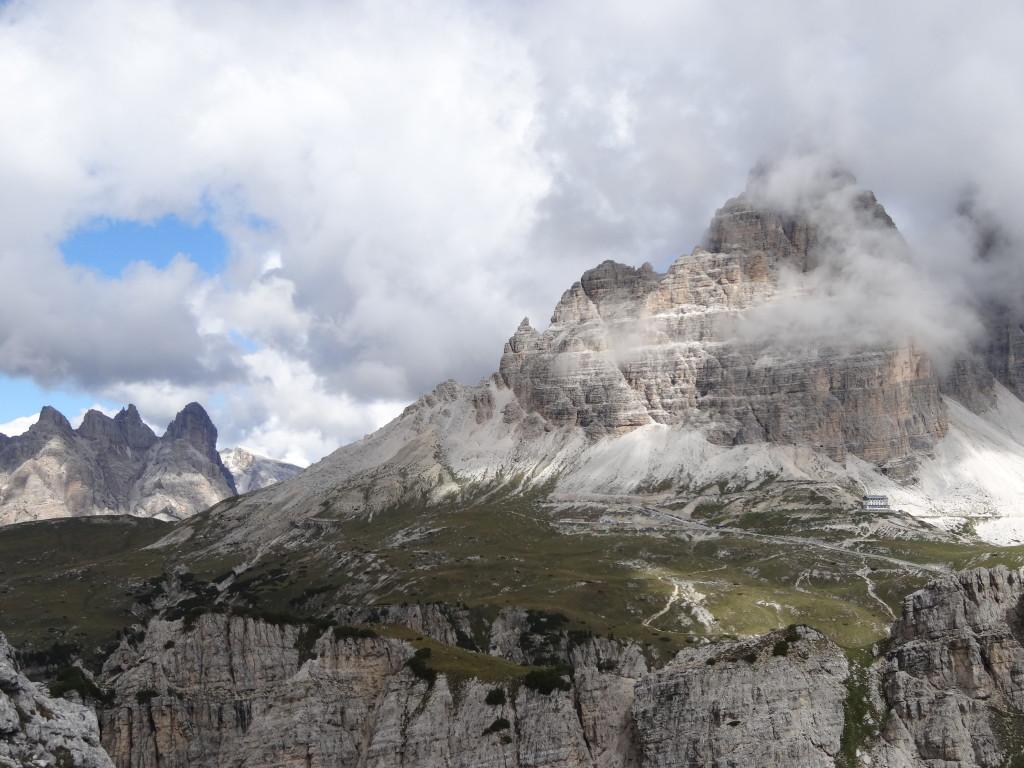 Vom Grad zum Monte Campedelle (2362 m) sehe ich hinüber zur Auronzo-Hütte am Fuß der 3-Zinnen.