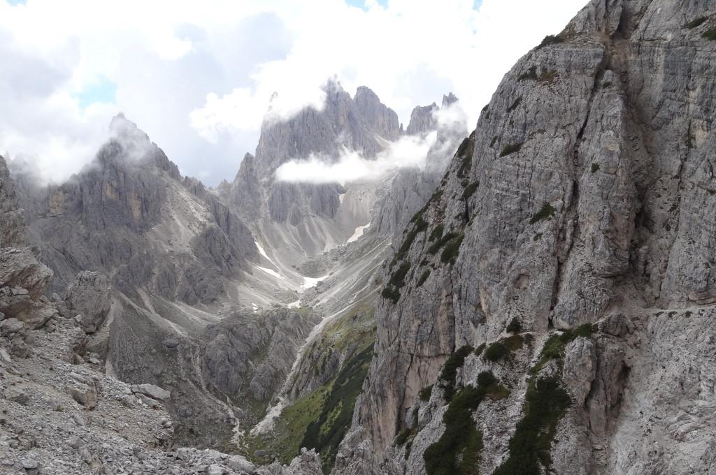 Blick zurück ins Cadini-Massiv. Durch das Tal und über den Weg rechts im Felsen bin ich gekommen