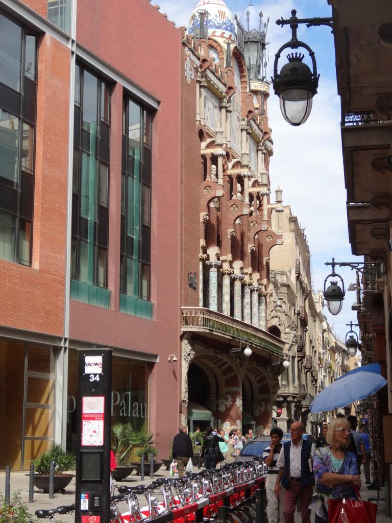Schon die Fassade ist prächtig geschmückt mit Mosaiken, bunten Säulen und Skulpturen
