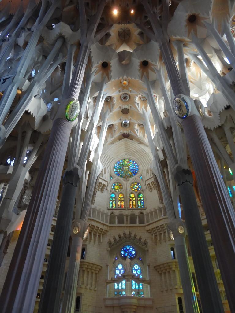 Ungewöhnlich gewinkelte Säulen erweckenden den Eindruck von Baumkronen, die das Dach stützen
