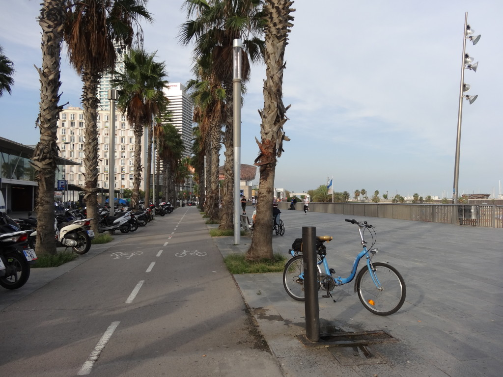 sogar für die Radfahrer ist gesorgt, sie haben ihre eigene Rennbahn. Ich parke hier gerade an der Tankstelle für Trinkwasser