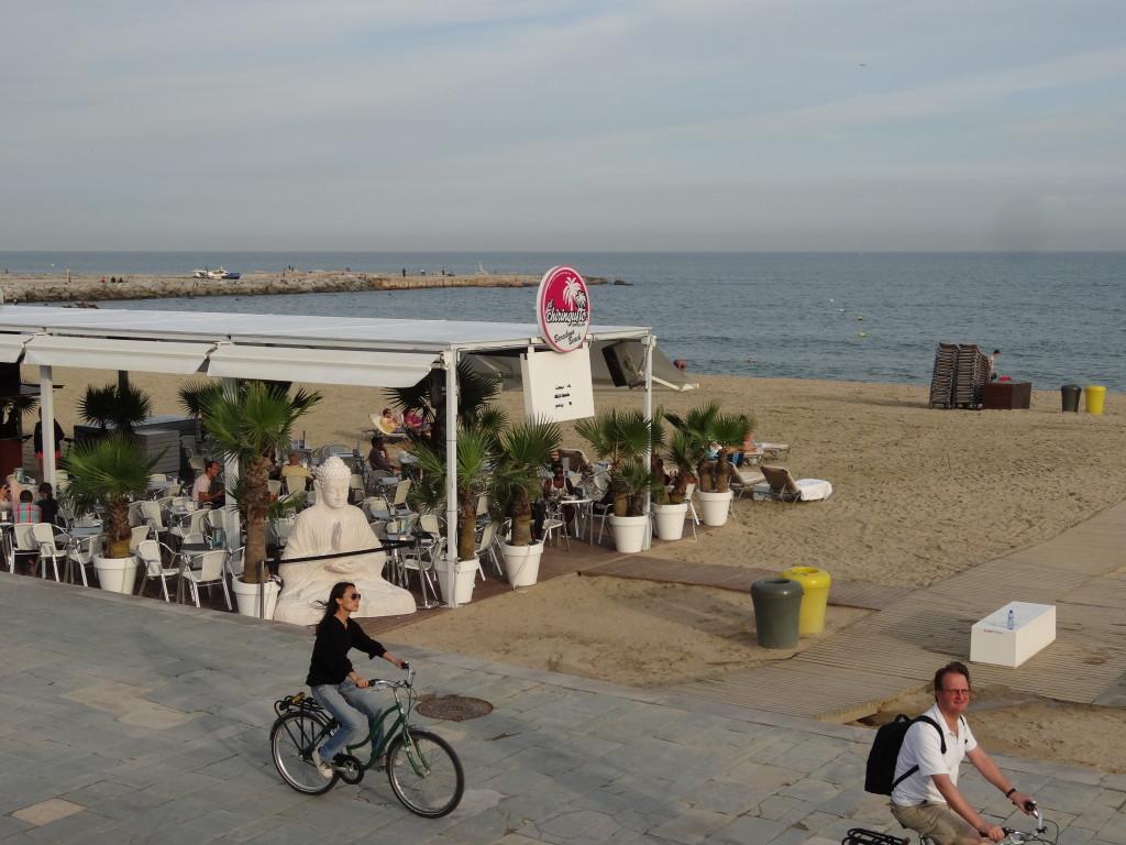 Schöne Strand-Infrastruktur mit Strandbars,