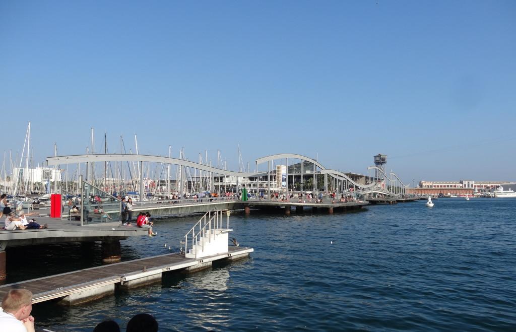 Die Rambla endet seit ein paar Jahren nicht mehr am Mittelmeer, sondern führt schön geschwungen als Rambla del Mar hinaus aufs Meer. Damit Schiffe passieren können, läßt sich der Steg wegdrehen