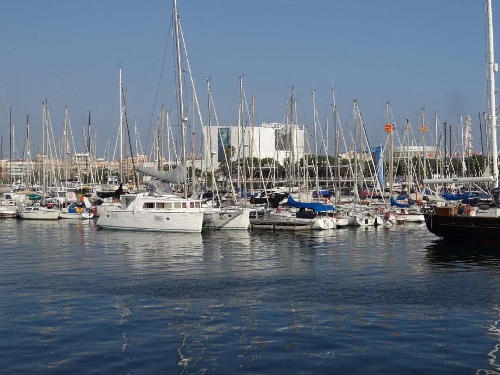Der Alte Hafen, heute ein reiner Jachthafen, dahinter das IMAX und das Miramar-Einkaufszentrum