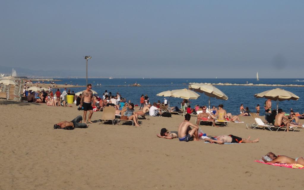 Gleich nach dem Hafen beginnen die Strände. In Barcelona ist der Strand nur ein paar Gehminuten vom Zentrum entfernt