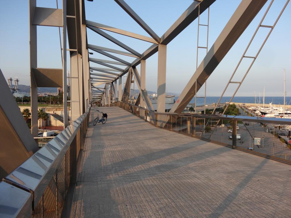 Der riesige Steg überquert den Yachthafen am Forum. Gerne nehme ich diese Abkürzung wahr