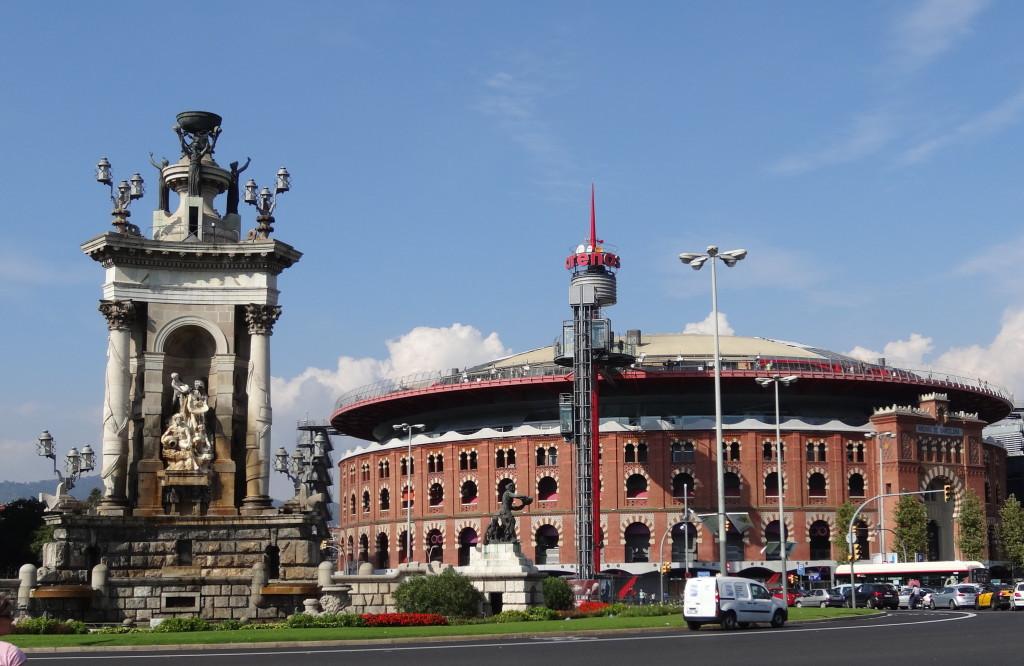 Inmitten de Placa d´Espanya steht ein monumentaler Brunnen. Die ehemalige Stierkampfarena ist heute ein nobles Einkaufszentrum