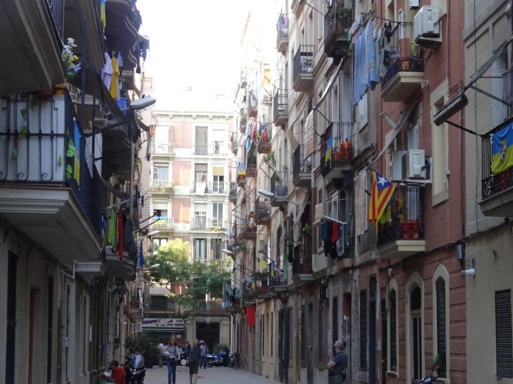 Barceloneta, das Fischerviertel, beginnt gleich nach der Uferpromenade. Es wurde Mitte des 18. Jhs. gebaut, auf Land, das man dem Meer abgerungen hat
