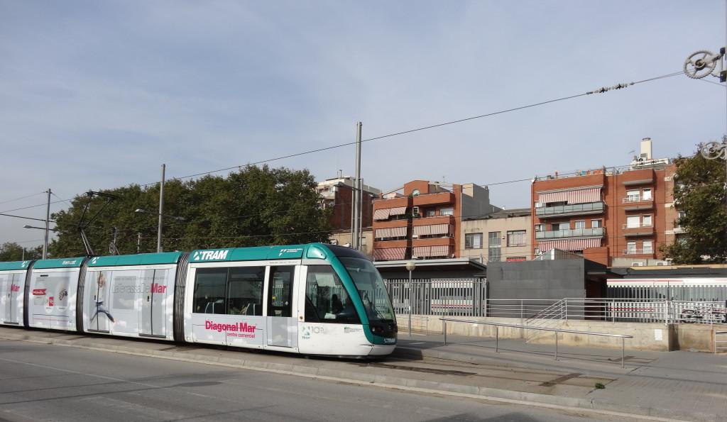 Durch die nördlichen meeresnahen Viertel fährt die Tram. Der Untergrund läßt hier einen Metro-Tunnel nicht zu
