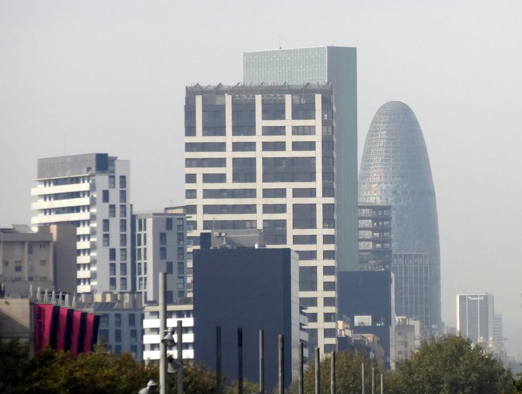 Der TORRE AGBAR ist der kühnste Turm in Barcelons´s Skyline. Der Turm von 2005 schimmert nachts in bunten Farben. Er ist Sitz der Hauptverwaltung der städtischen Wasserwerke.