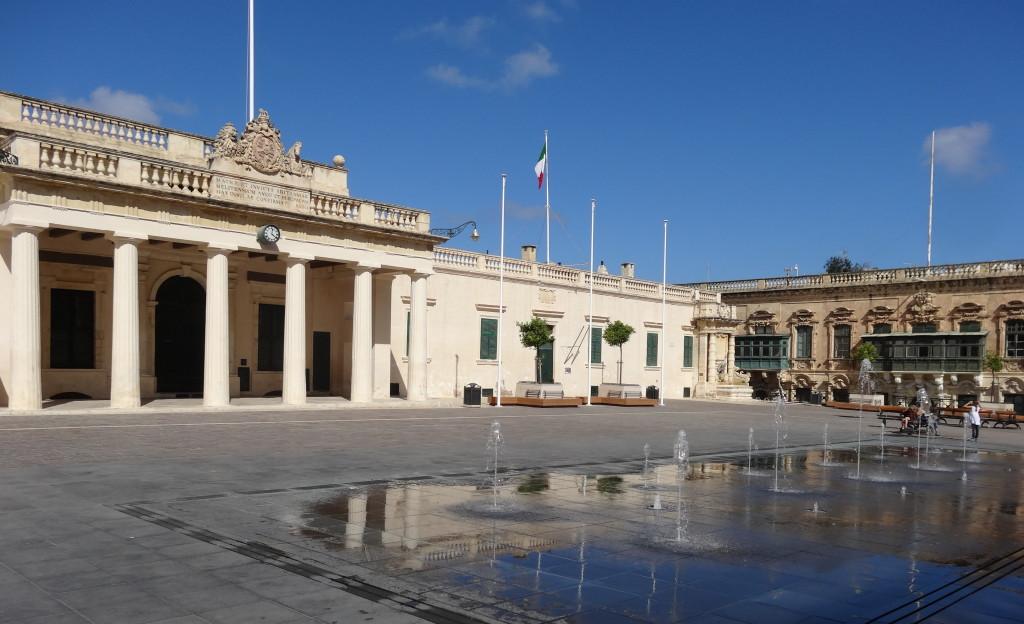 Wasserspiele auf dem Platz vor dem Großmeister-Palast