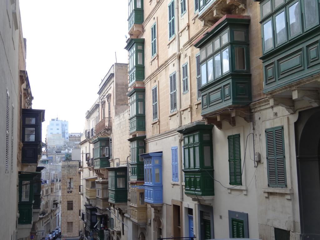 Typisch für die Bauweise in Malta sind die Holzbalkone
