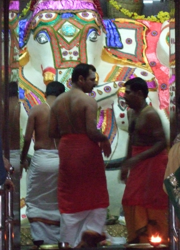 Ganesha neben Nandi-Tempel