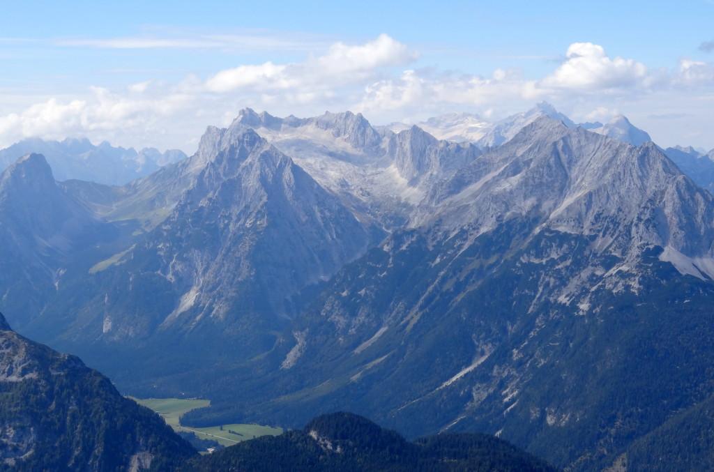 Wetterstein, hinten 2. von rechts ist die Zugspitze