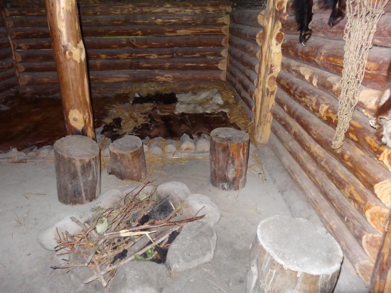 Bett und Feuerstelle im Ötzi-Haus