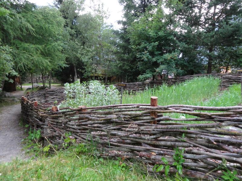 Garten, geschützt durch Holzgeflecht